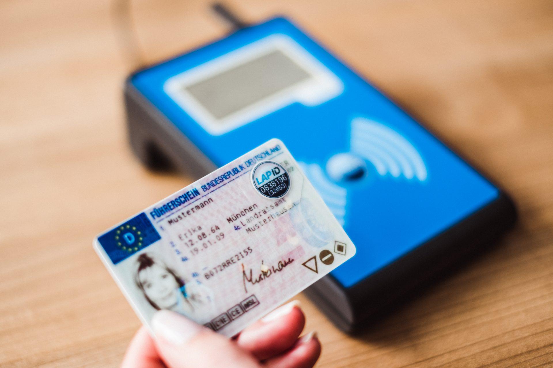 Führerschein mit RFID-Chip kontrollieren