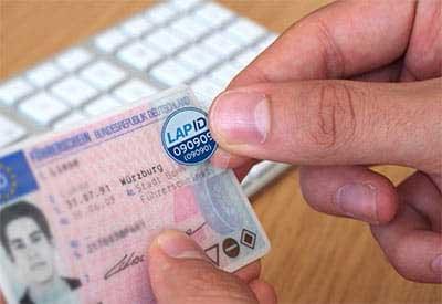 LapID Siegel auf Führerschein kleben
