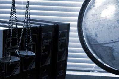 gesetzbücher waage und globus