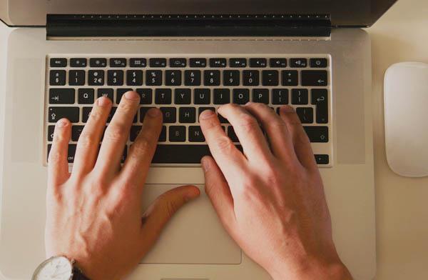Tippen auf Computertastatur