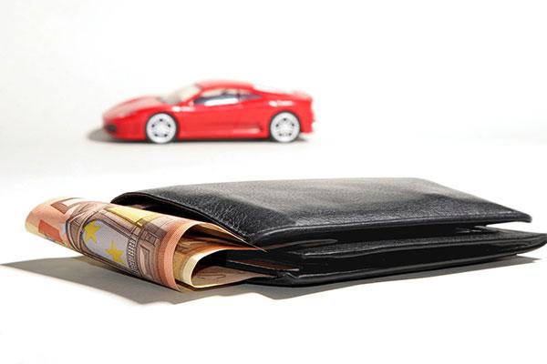 Spielzeugauto und Geldbeutel mit 50 Euro Schein