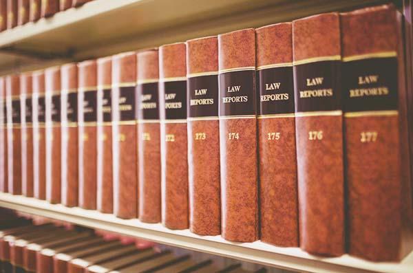 Gesetzesbücher Bücherregal