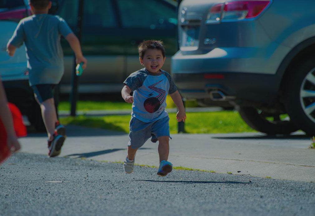 Spielendes Kind auf Straße