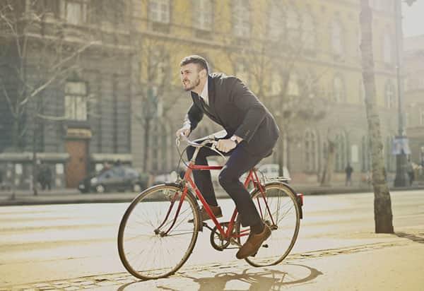 Promillegrenze Mann sitzt auf Fahrrad